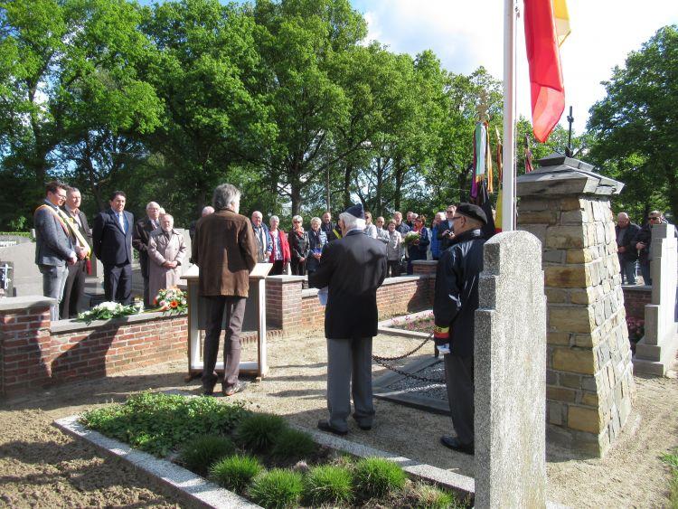 Begraafplaats - proclamatie van de namen van de slachtoffers door Marc Bertrands